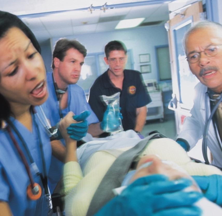 ¿Qué cuidados médicos debe recibir un paciente con traumatismo cerebral?